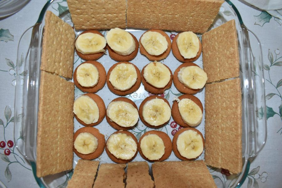 Graham crackers are placed around the wafer and bananas.